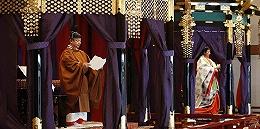 """日本天皇行即位礼,站上8吨重""""高御座""""讲话称要遵守宪法"""