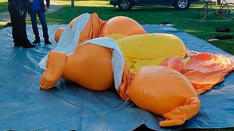 """【天下奇闻】美国男子破坏""""特朗普宝宝""""被重罚 世界最宽瀑布清理出660斤许愿币"""