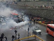 发放补贴安抚民众、对美口头警告,伊朗称油价引发的骚乱已趋平息