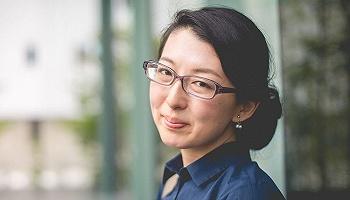 日本女性正在争取工作时戴眼镜的自由
