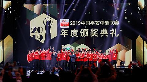 中超颁奖礼:李霄鹏当选最佳教练,保利尼奥荣膺最佳球员