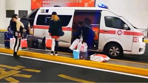 救护车上海浦东机场闪灯接机装满免税品,当事方出来认领了