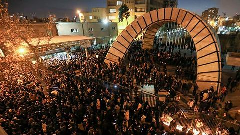 伊朗内外交困:民怨烧向神职政府,五国将起诉索赔