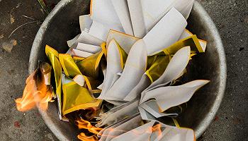 紙燒千年:當外國人燒起歐元紙錢,是時候說說紙錢的本質了