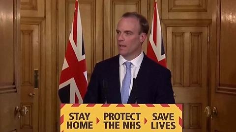 """战后最大危机下临阵换帅,英国""""代首相""""如何领导抗疫?"""