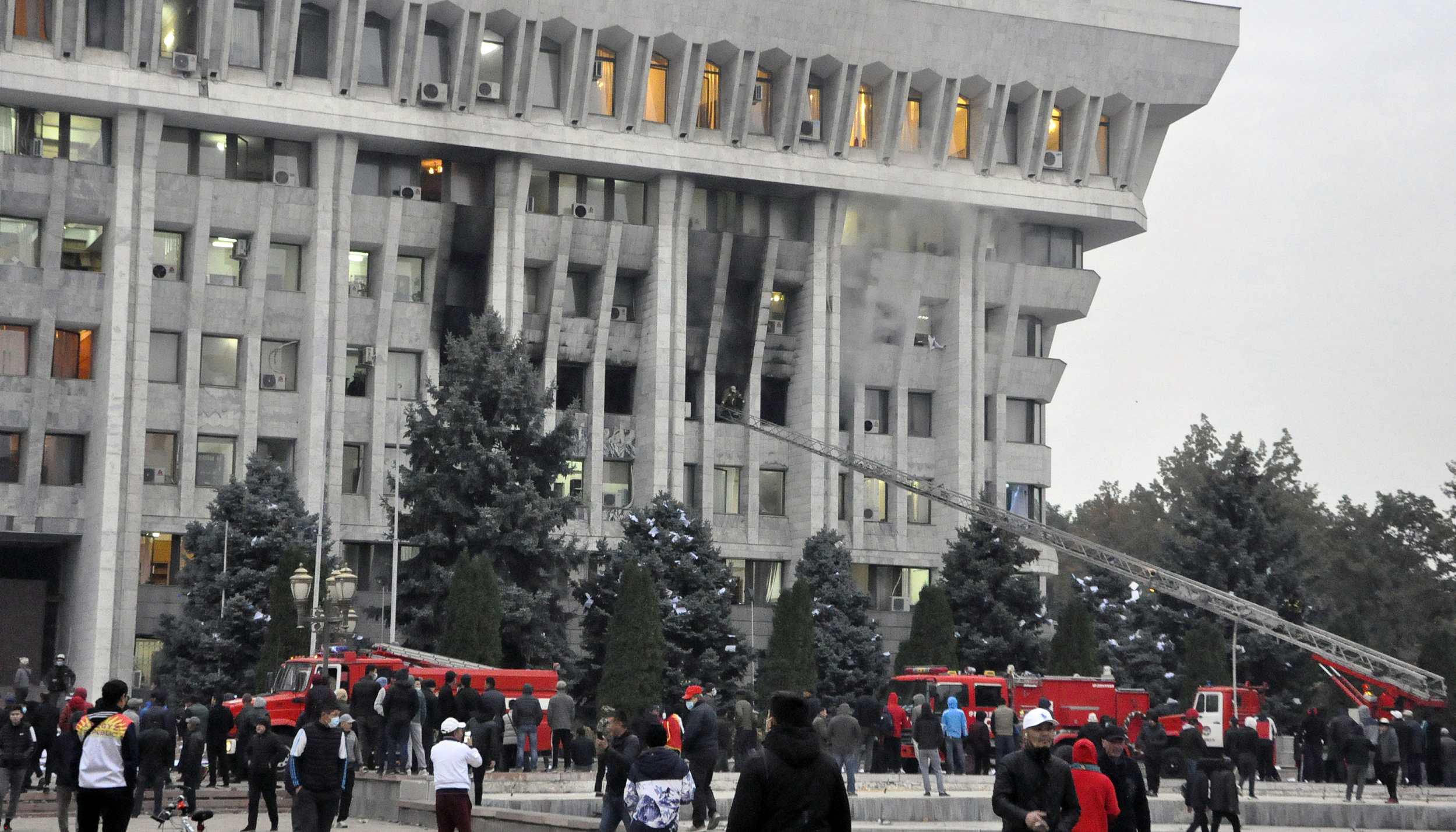 """吉尔吉斯斯坦""""白宫""""被强行攻占,中使馆紧急提醒插图1"""