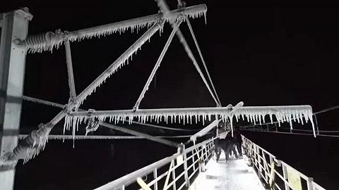 """東北暴雪后8萬""""打冰人""""出動,為什么高鐵電網還需要人工除冰?"""