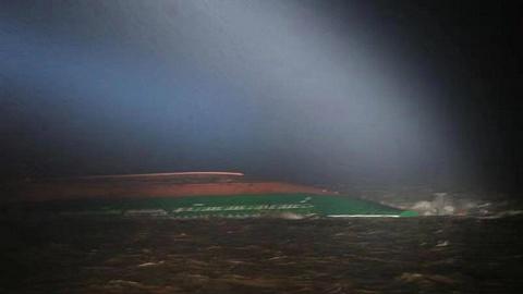 长江口两集装箱船碰撞一船翻扣,8人获救3人遇难5人失踪