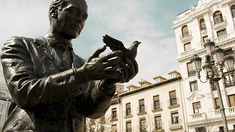 西班牙诗人洛尔迦:我想要留下提琴与坟墓,华尔兹的绸带 | 一诗一会