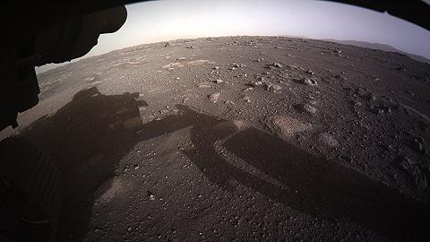 """火星表面长这样!""""毅力号""""传回首批登陆后照片"""