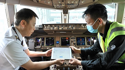 快看   东航启用民航首个电子飞行记录本,全机队推广每年可节省2000万元