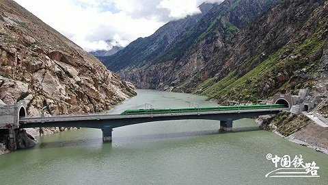 拉萨到林芝铁路6月25日开通,动车首次开进西藏