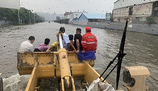 【特写】开着铲车去救人:大水锁城下的新乡救援细节
