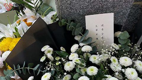 郑州市民自发前往地铁站献花:希望逝者安息