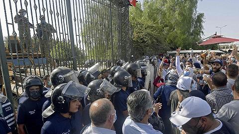 """总统被控发动政变,""""阿拉伯之春""""唯一成功国再现政治动荡"""