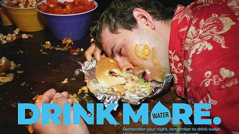 賣酒的保樂力加的新廣告,讓你多喝水少喝酒