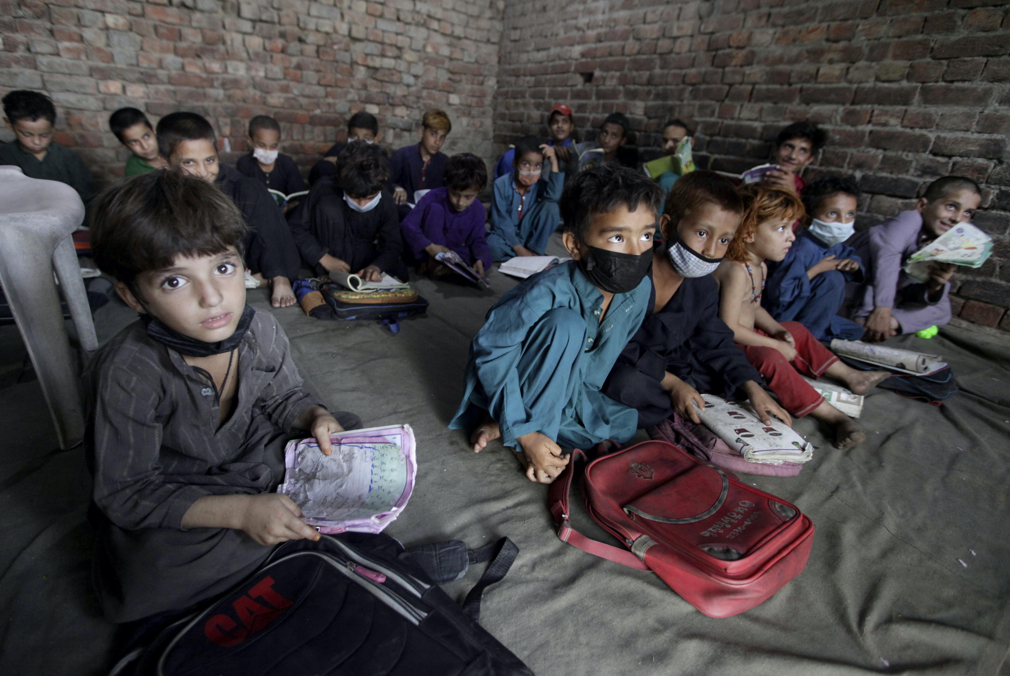 华信娱乐官网专访联合国难民署:喀布尔失守近一个月,会出现阿富汗难民潮吗?