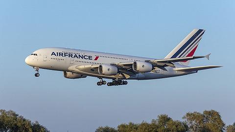 法航北京飞巴黎航班因技术故障紧急返航,乘客正等待调机