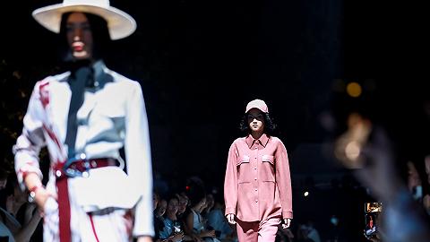 纯黑或缤纷的春夏穿搭方案,你pick哪一个?丨上海时装周