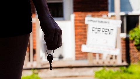 调查   房租拐点下的长租公寓困局:房东加入400多人的维权群,租客首遇续约不涨价