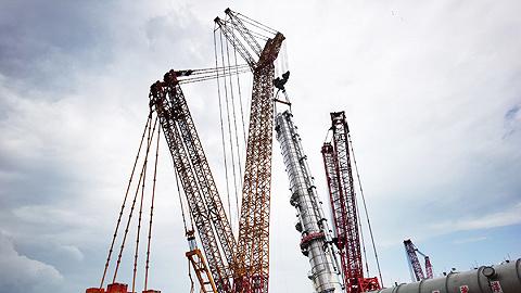 海南炼化100万吨乙烯项目乙烯塔完成吊装